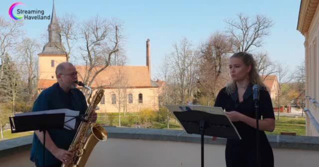 Zwei Saxophone auf dem Balkon